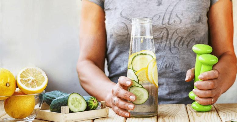 Salatalık ve Limonlu Detoks Suyu